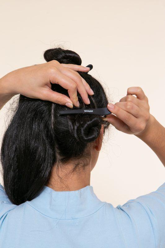 vista de atrás rodetes en pelo negro