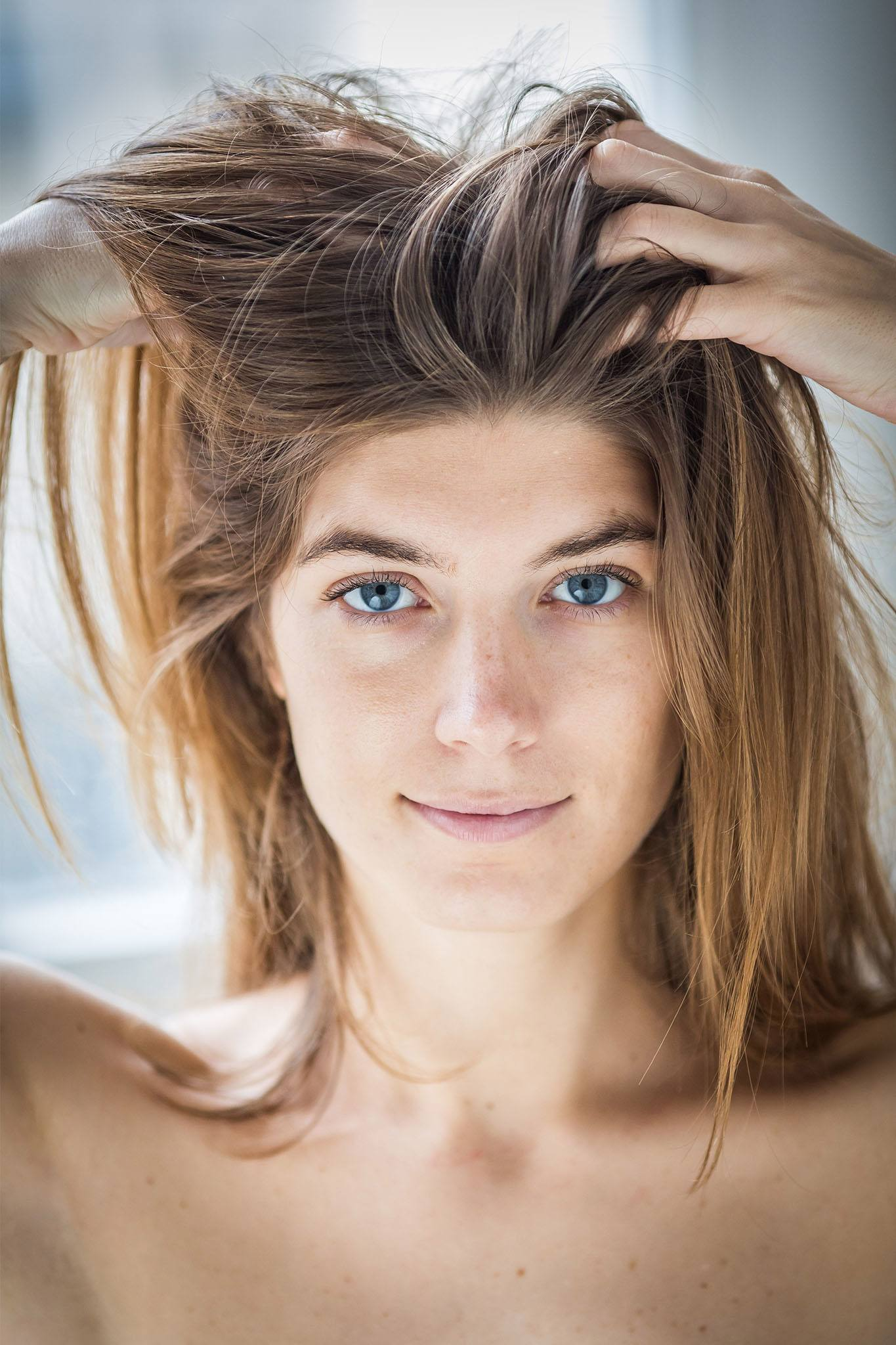 mujer de pelo castaño largo lacio