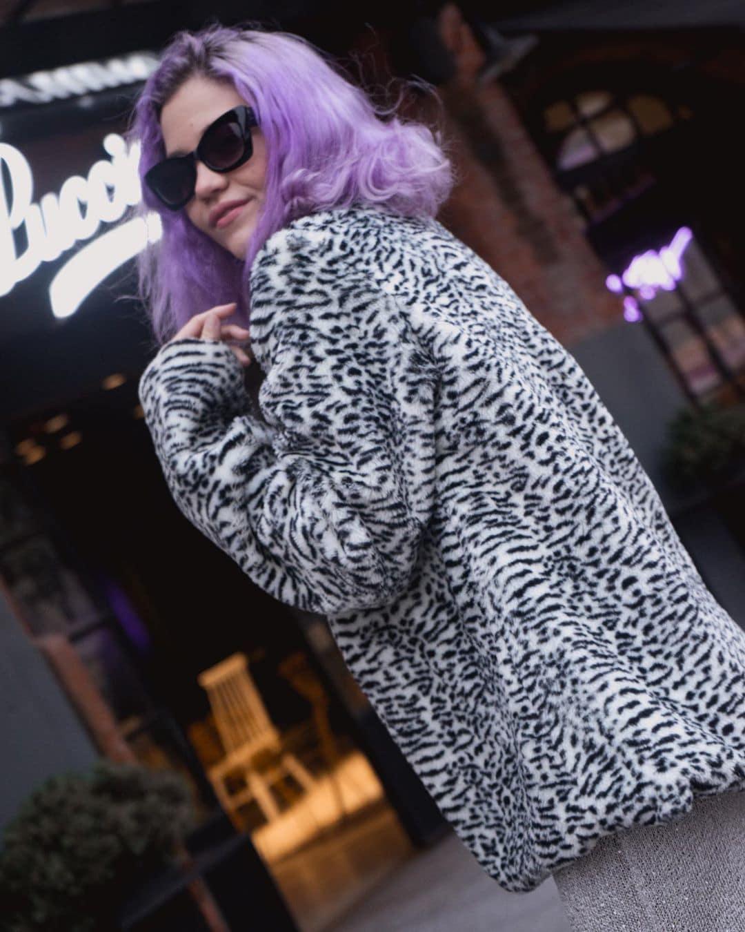 Mary Lozano pelo violeta corto