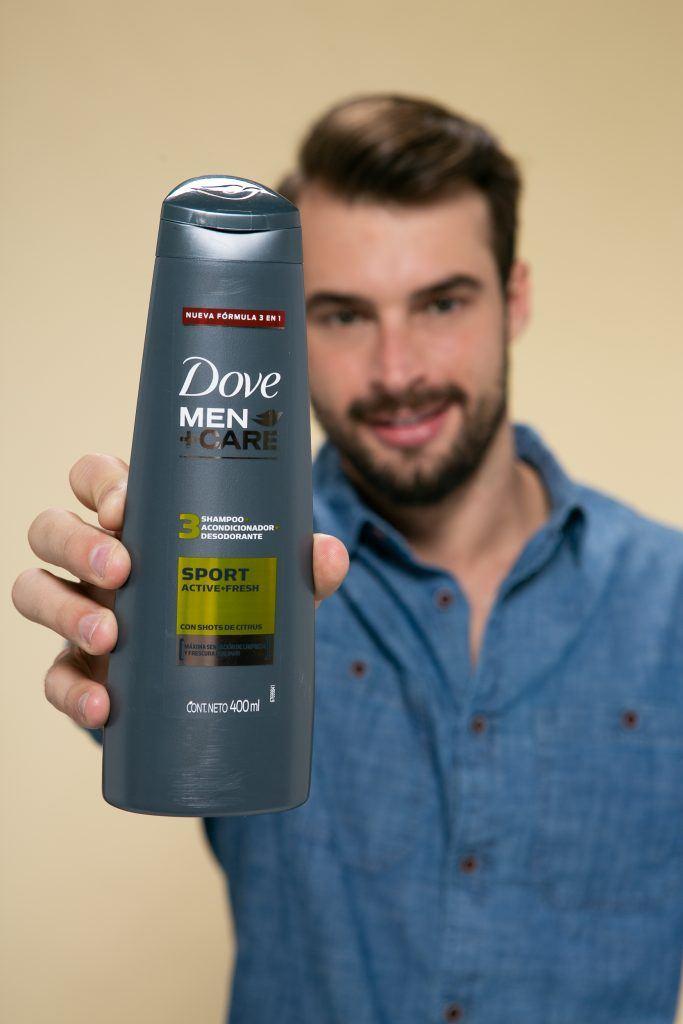 hombre con jopo de costado y shampoo