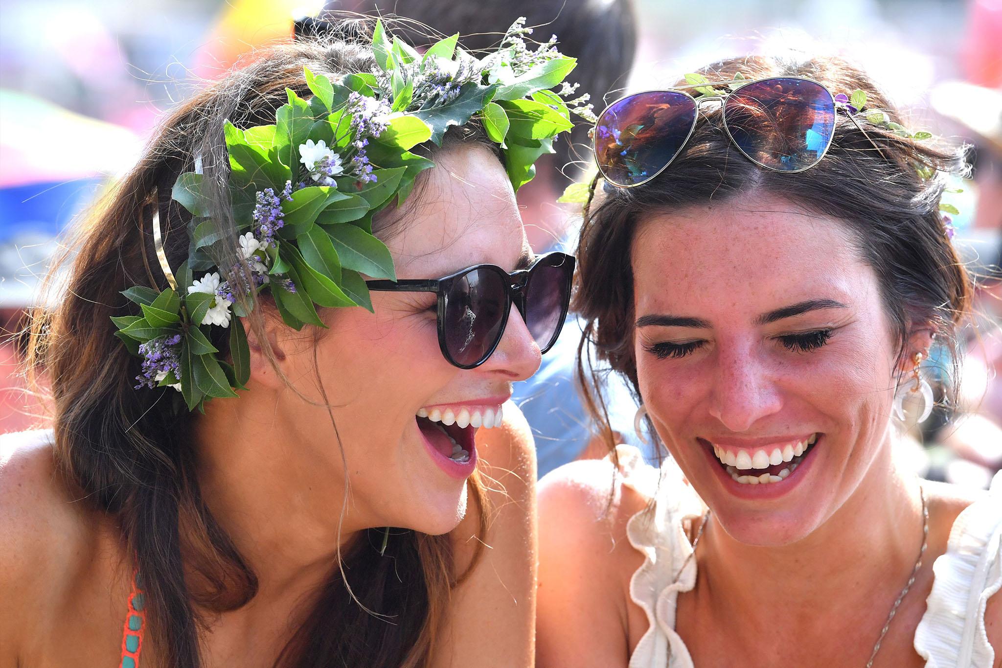 mujeres con vincha de flores