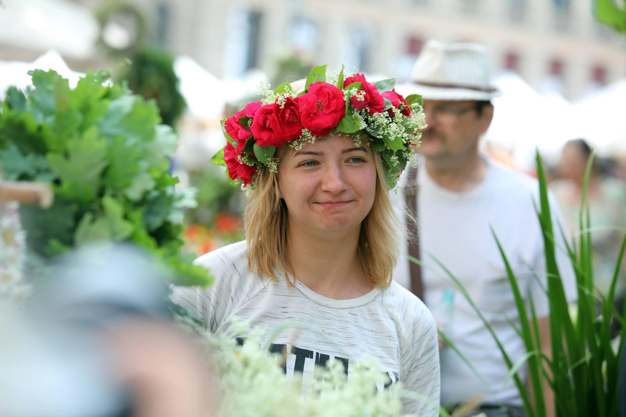 bob rubio con vincha de flores