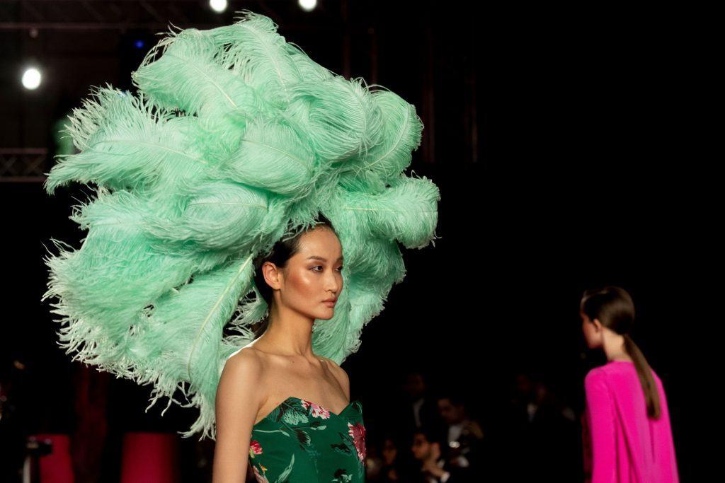peinados para carnaval plumas corona color