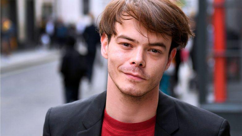 hombre joven blanco en la calle con pelo largo lacio castaño, cabello alisado en hombres