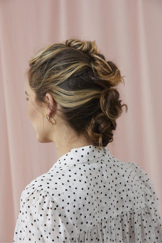 mujer de espaldas castaña con reflejos peinada con fila de rodetes estilo mohicano, peinados recogidos fáciles