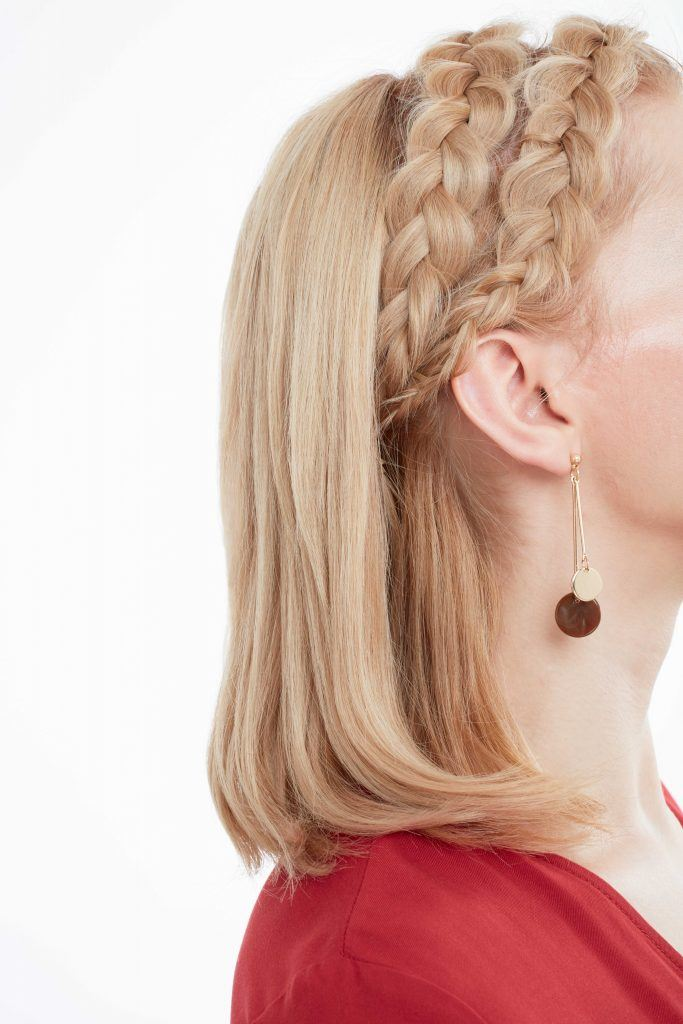 mujer de perfil con pelo corto rubio lacio y semirecogido con dos trenzas vincha, peinados cabello corto para fiesta