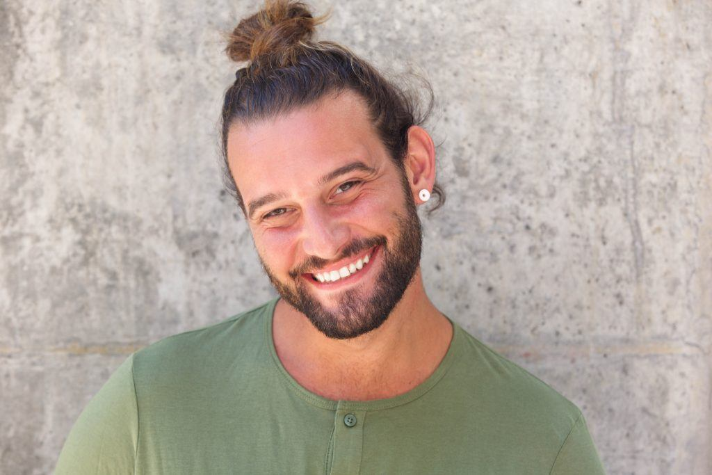 summer looks for men: man with a man bun hairstyle