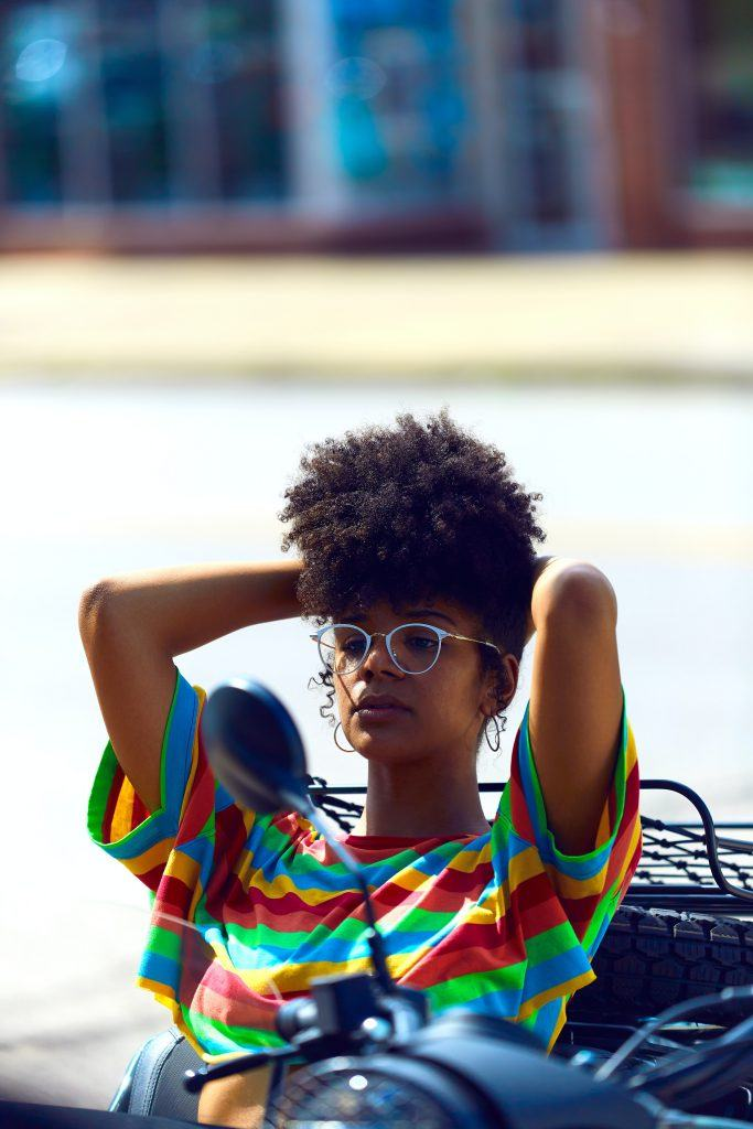 5-minute hairstyles: woman with natural hair in a pineapple hairstyle