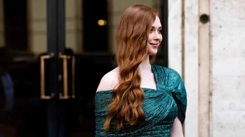 Mujer blanca con cabello rojo, largo y ondulado