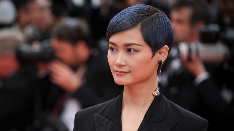 Li Yuchun con un corte pixie luciendo un tinte negro azulado