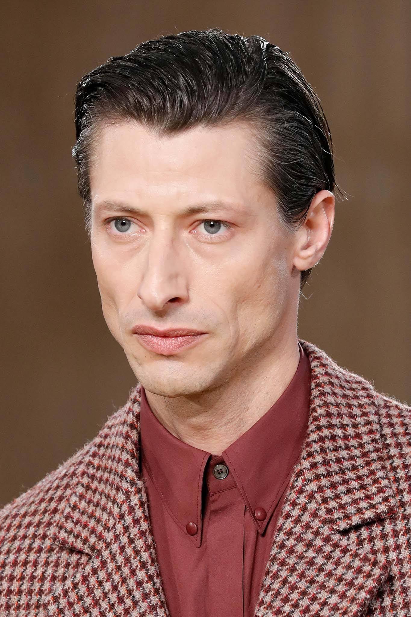 Cómo conseguir un peinados hacia atras hombre Fotos de las tendencias de color de pelo - 10 formas de reinventar el peinado hacia atrás para hombre ...