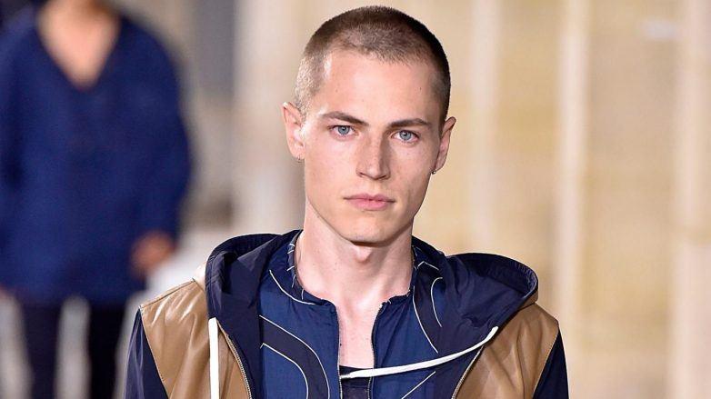 Hombre con corte rapado y poco cabello en Hermès SS 2018