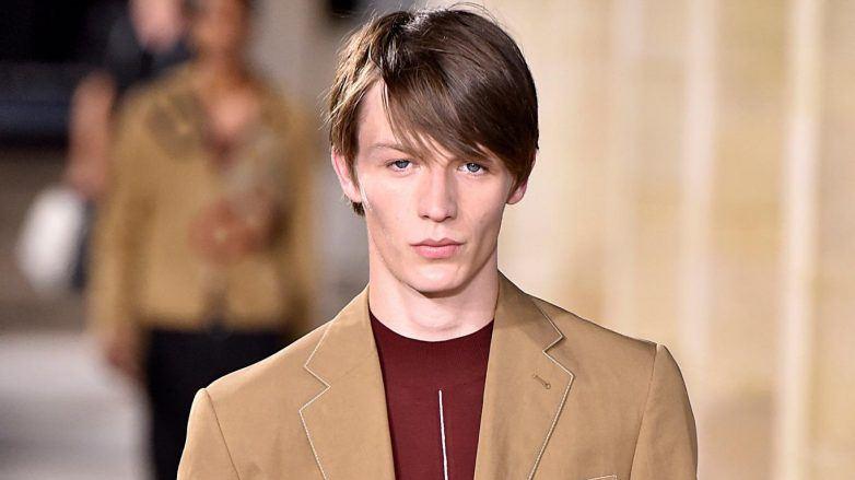 Hombre con cabello delgado peinado de lado en Hermès SS 2018
