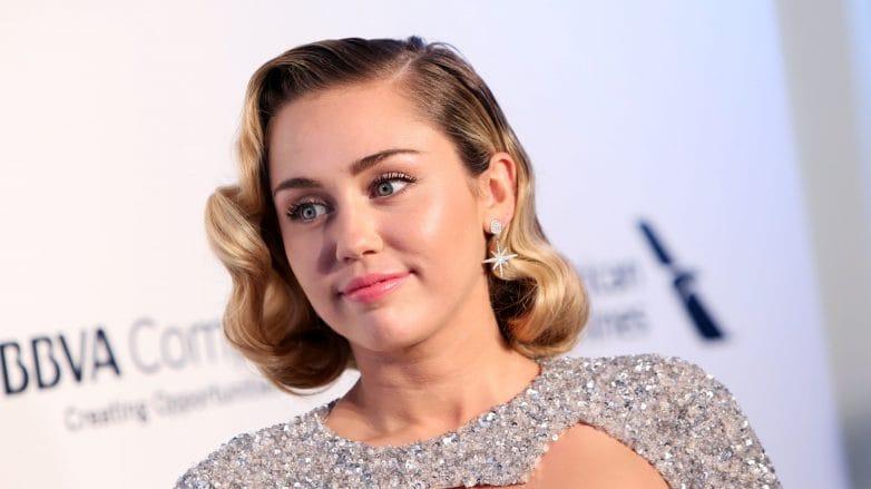 Miley Cyrus con un corte bob ondulado y rubio