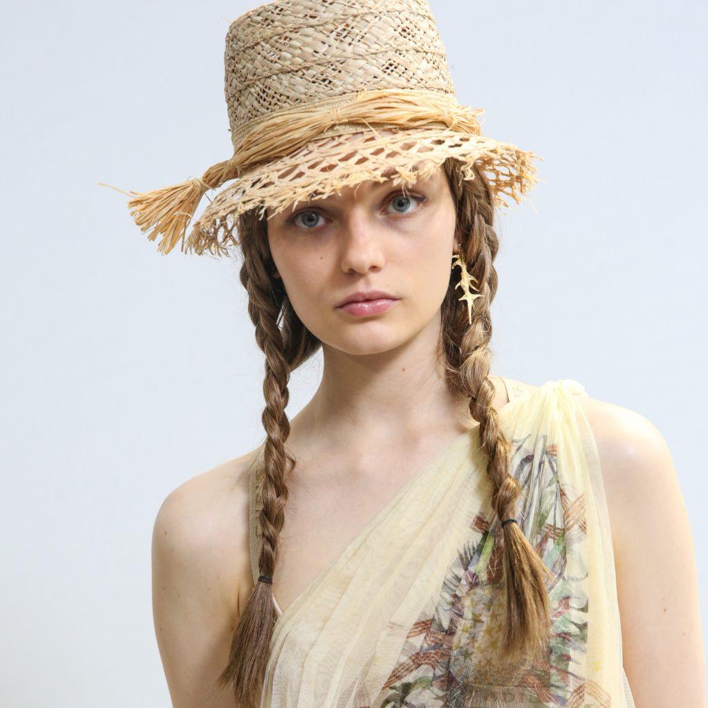 Modelo con sombrero y dos trenzas en Dior SS 2020