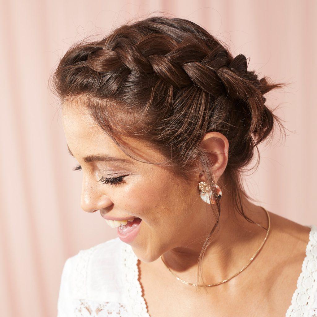 Mujer con corona de trenzas para cabello corto