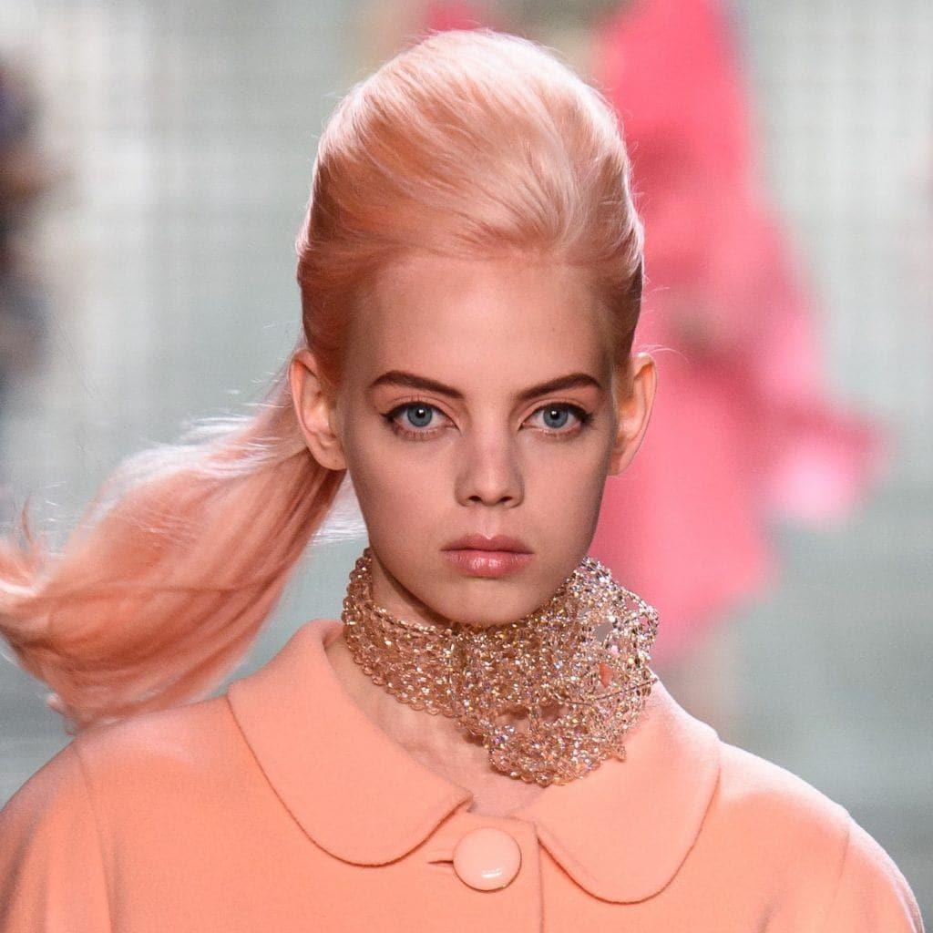 La modelo Mariana Zaragoza con cabello rosa en Marc Jacobs SS 2019