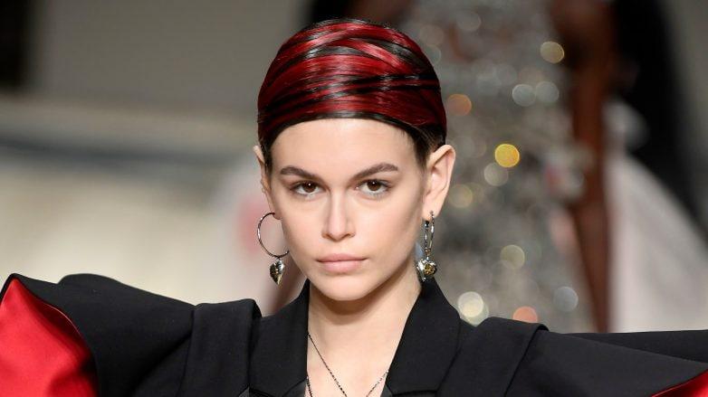 Kaia Gerber con rayitos rojos en Alexander McQueen FW 2020