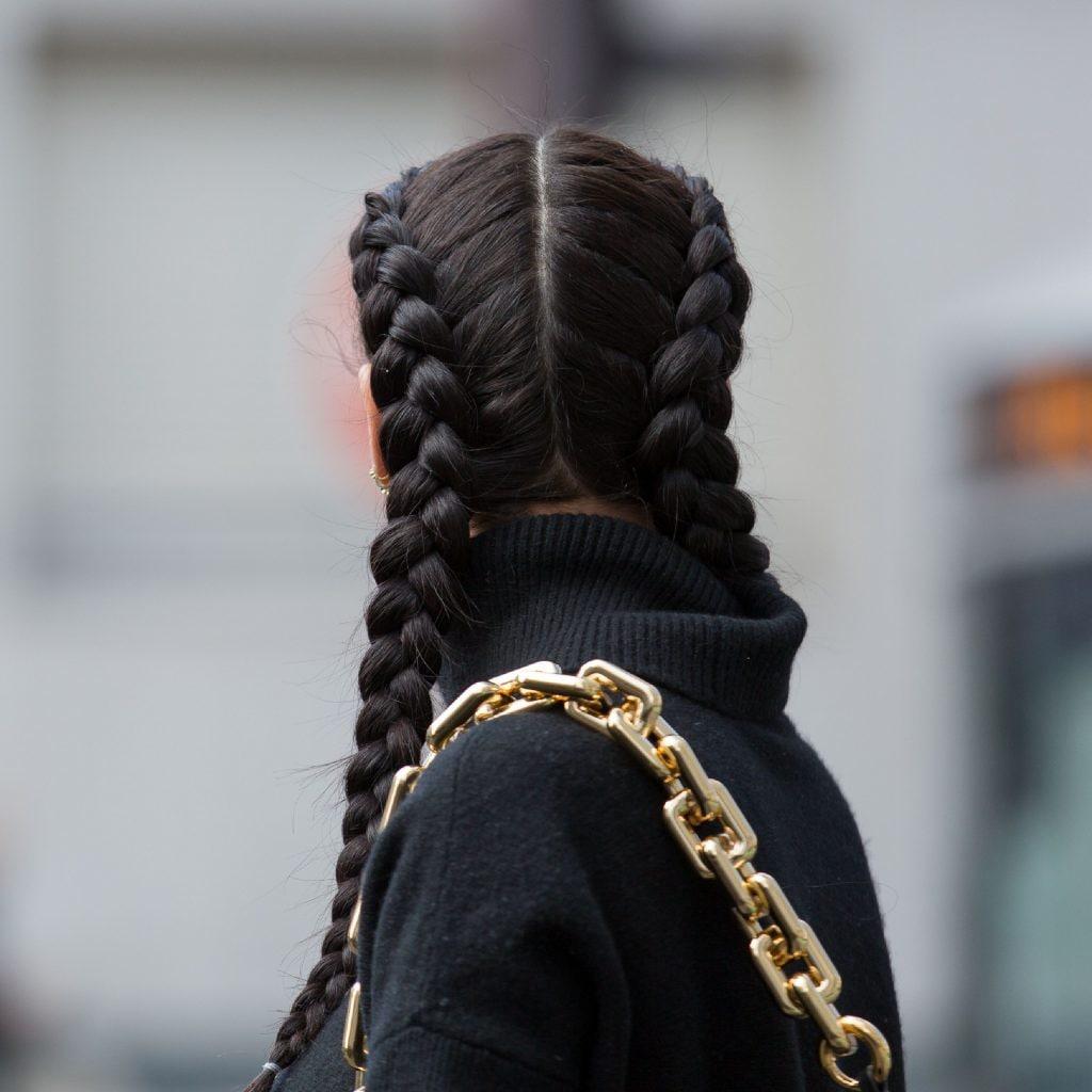 Mujer de cabello negro con dos trenzas holandesas