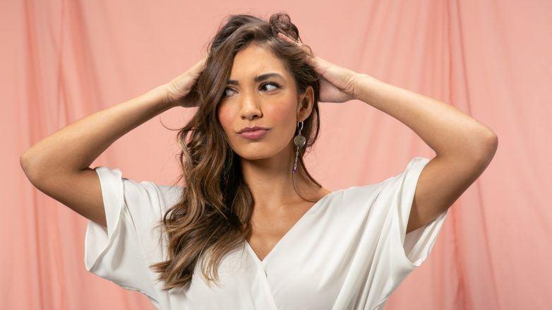 Mujer cabello largo descubriendo las causas del cuero cabelludo con mal olor