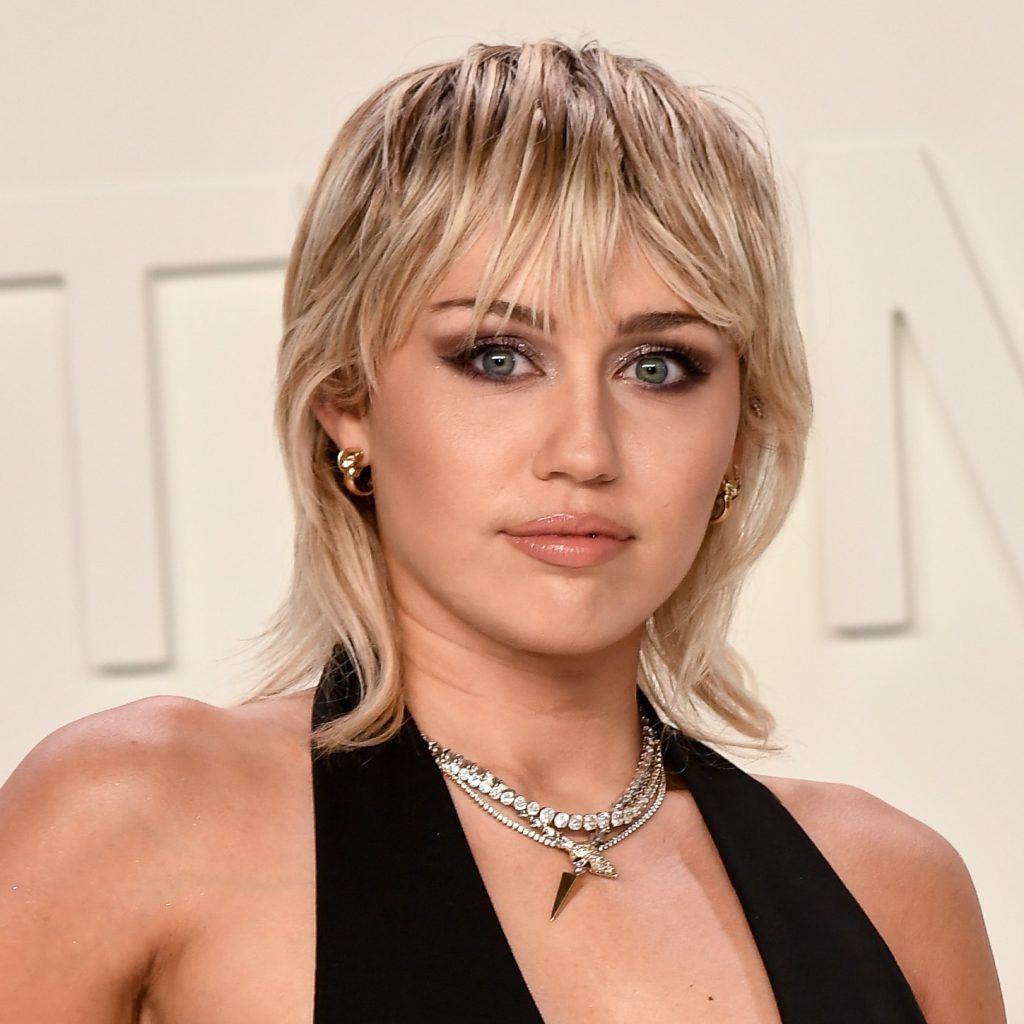 Miley Cyrus rubia con corte mullet