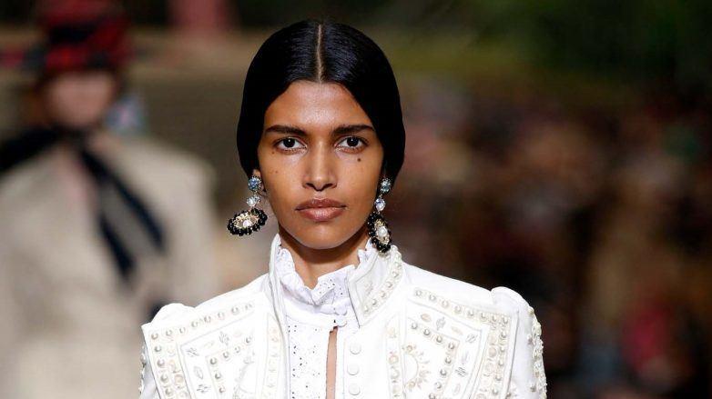 Mujer con peinado mexicano en Erdem SS 2020