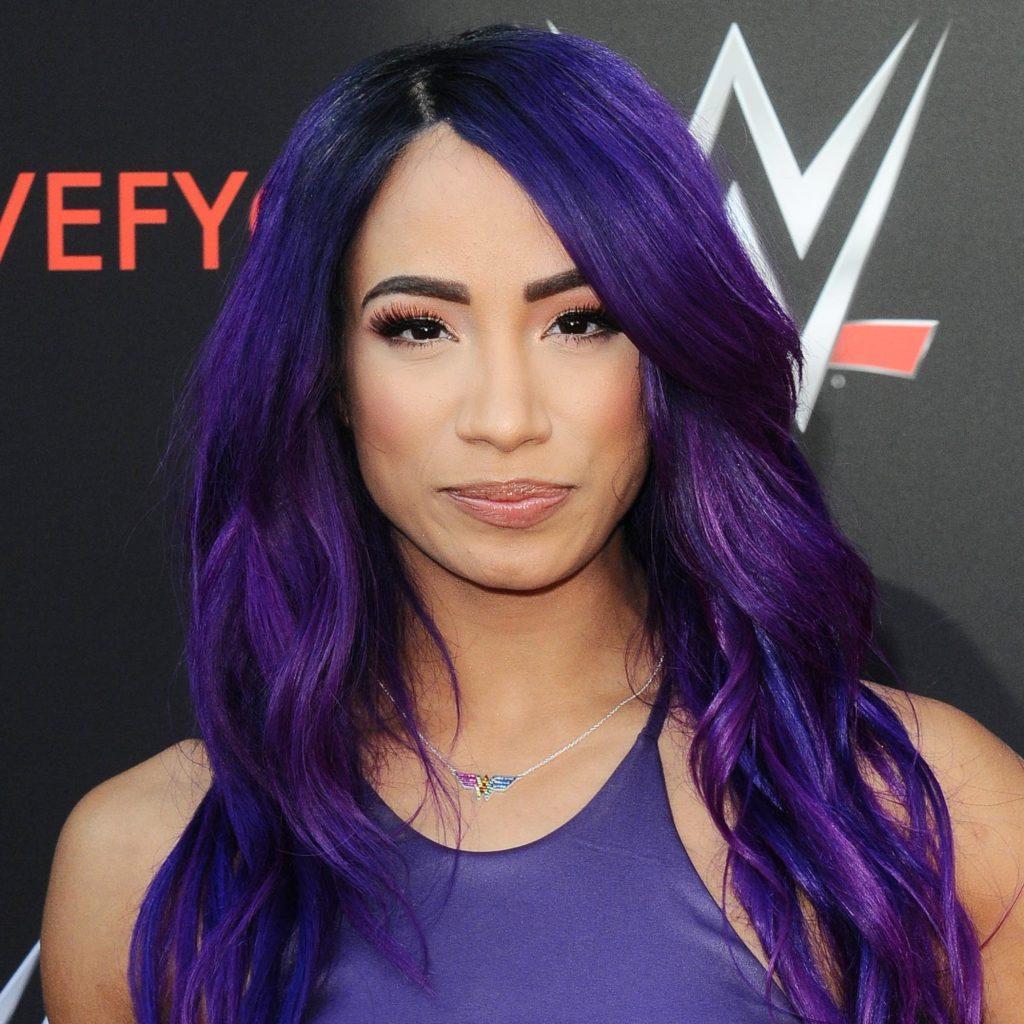 Sasha Banks con cabello morado largo