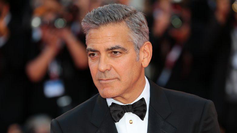 George Clooney con cabello gris