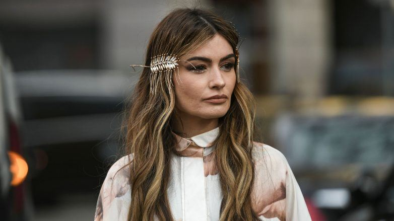 Mujer con cabello largo y rubio oscuro con mechas beige