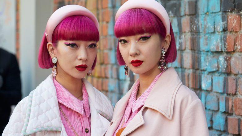 Ami Suzuki y Aya Suzuki con cabello rosa y fleco