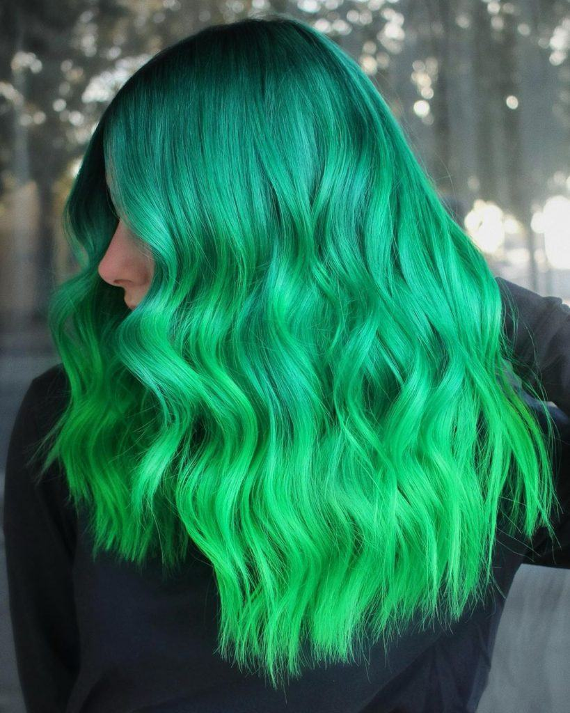 Mujer con cabello verde en degradado de turquesa a neón