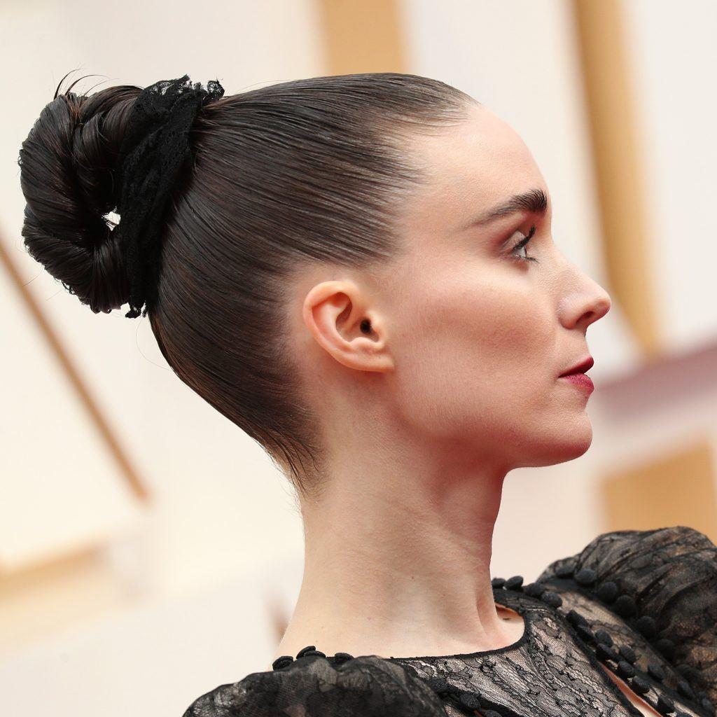 Rooney Mara con peinado alto con chongo sencillo