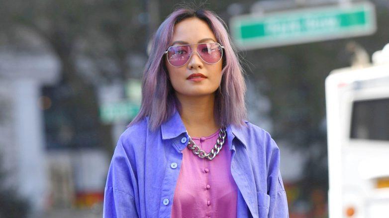 Mujer con corte lob en color lila