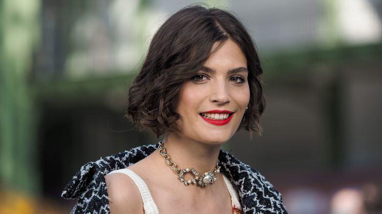 Alma Jodorowsky en Chanel Cruise 2020 con corte de cabello bob rizado