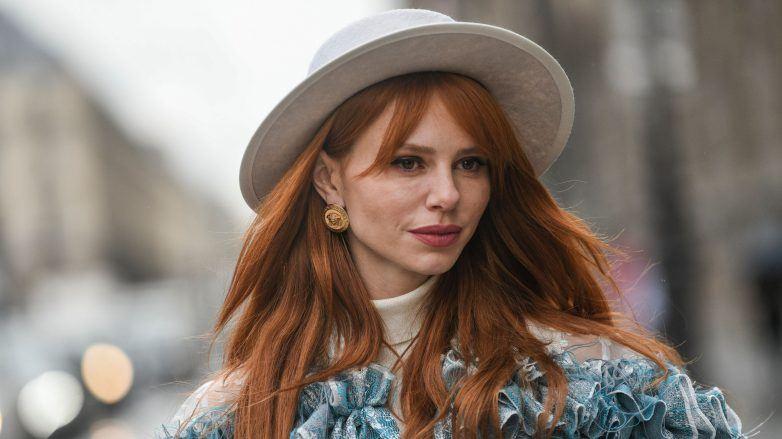 Mujer con cabello pelirrojo natural