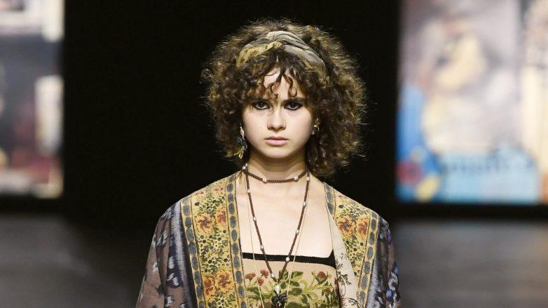Mujer con peinado hippie corto
