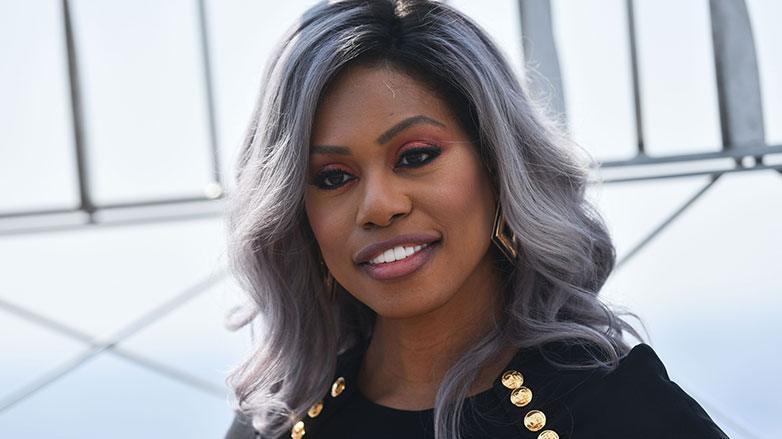 Laverne Cox con cabello gris ondulado