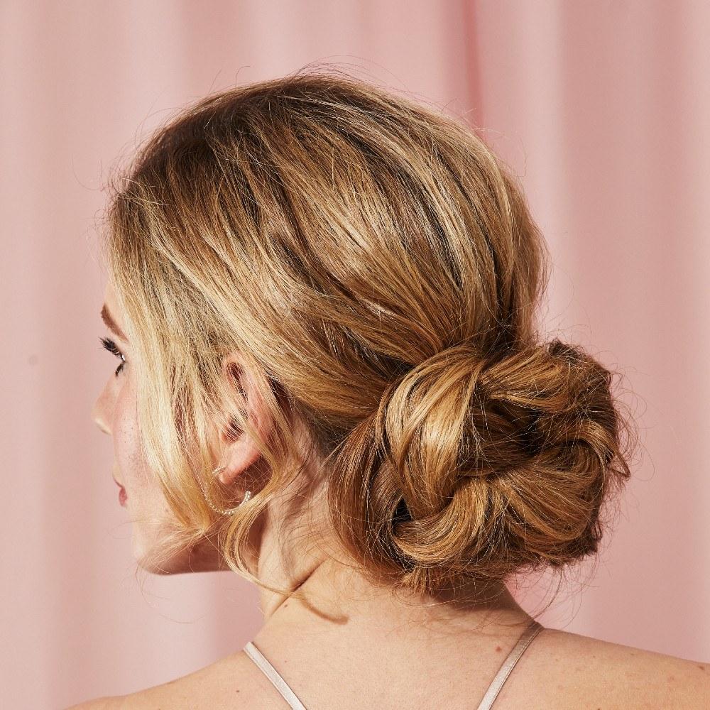 Peinado de novia con chongo bajo grande