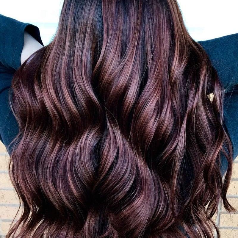 Mujer con tinte chocolate rojizo y ondas