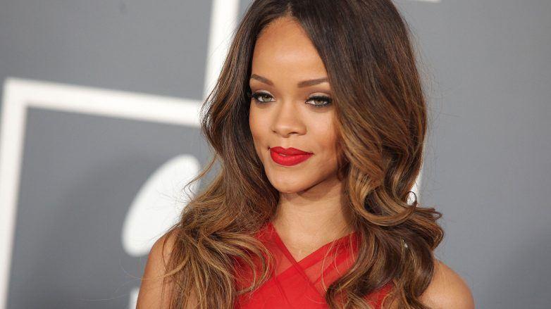 Rihanna con cabello cobrizo para morenas