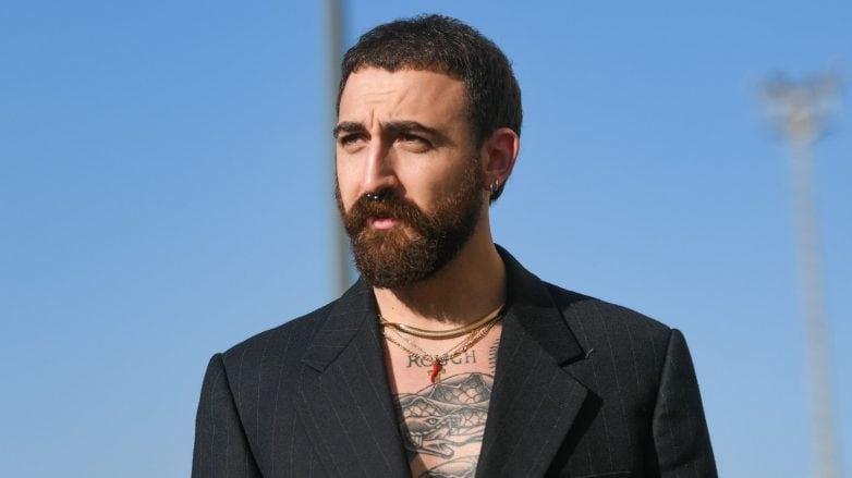 Hombre con tipo de barba clásica tupida