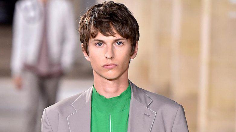 Modelo con corte de pelo para hombre según rostro en Hermès SS 2018
