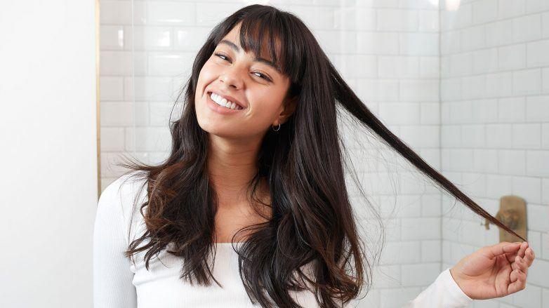 Mujer con cabello largo y fleco francés