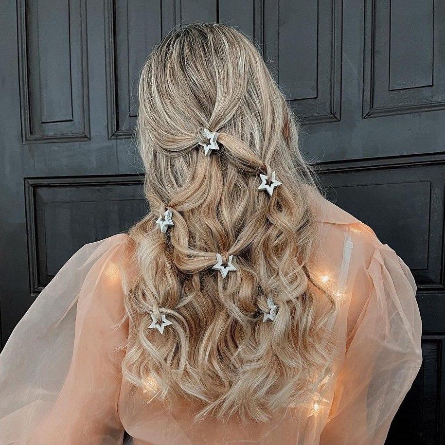 Peinado romántico con ondas y broches