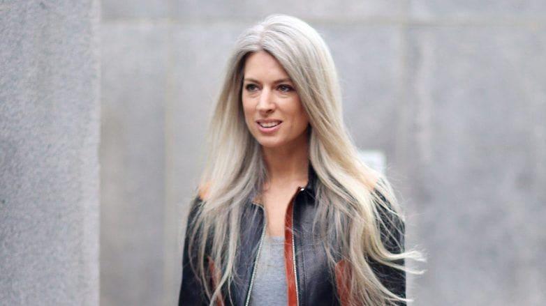 Sarah Harris con canas gris platino