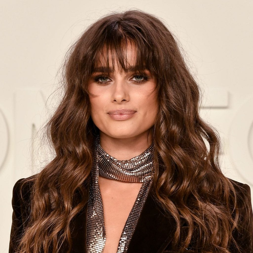 Taylor Hill con corte de cabello para dama largo con fleco
