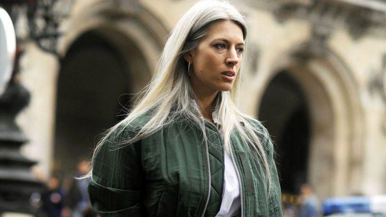 Sarah Harris con cabello canoso blanco y largo