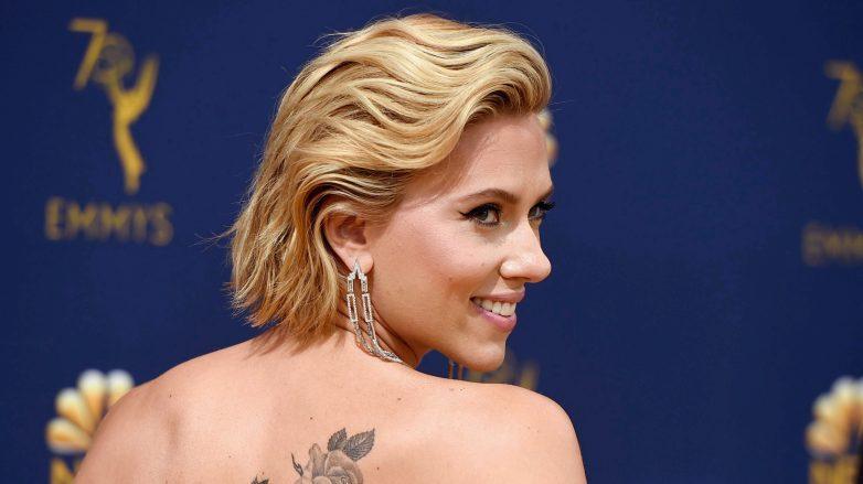 Scarlett Johansson con corte de cabello degrafilado para verse más joven