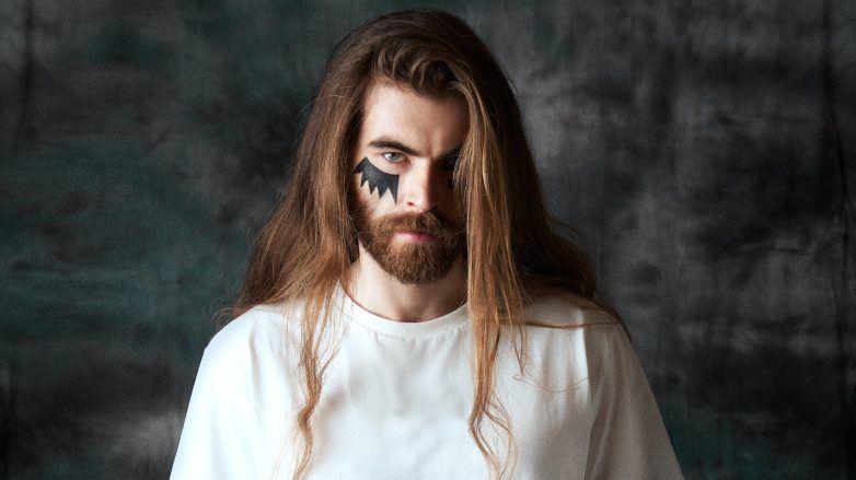 Hombre de cabello largo con estilo vikingo