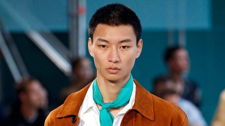 Modelo con corte militar para hombres con cara redonda en Hermès SS 2020